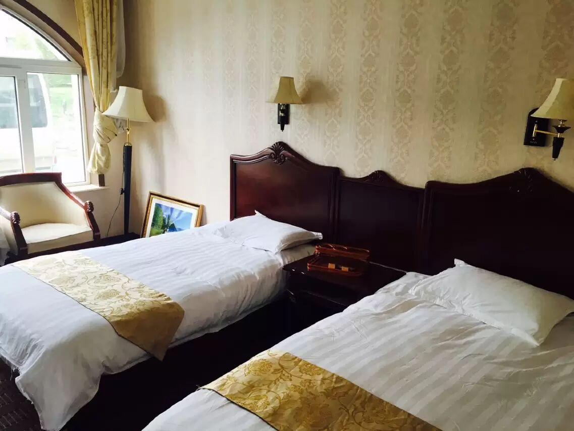贾登峪四季休闲酒店地毯标准间