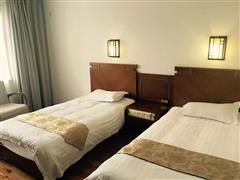 贾登峪四季休闲酒店木地板标准间